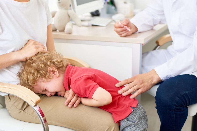 fájdalom a gyermek ujjai között)